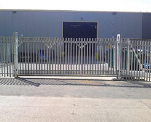 Sliding cantilever steel palisade gate